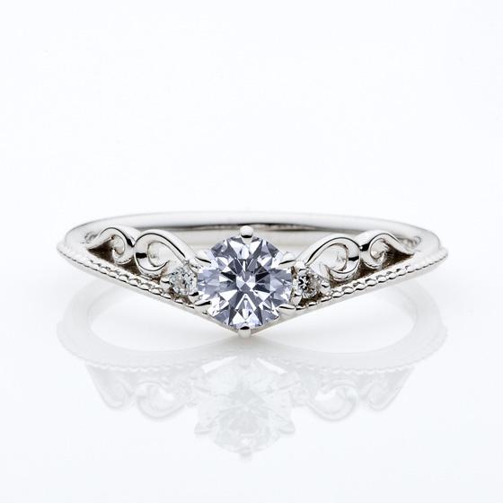 ティアラをイメージしたVラインの婚約指輪(エンゲージリング)ミル打ちが可愛いさUP