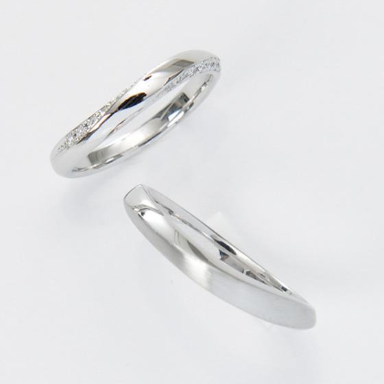 緩やかなVラインの結婚指輪(マリッジリング)センターではなく上下側面に向かってメレダイヤモンが入っているお洒落なデザイン。