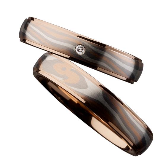 木目調のデザインの結婚指輪。自然に作り出されるマーブル模様が唯一無二のマリッジリングを作り出す。