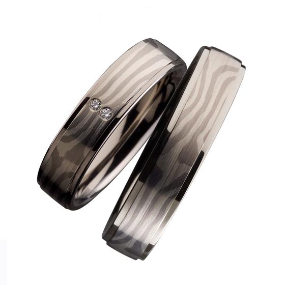 ドイツの職人が生み出すマーブル模様の結婚指輪。素材を重ね合わせ、圧力を加えて作り出した美しい木目調。