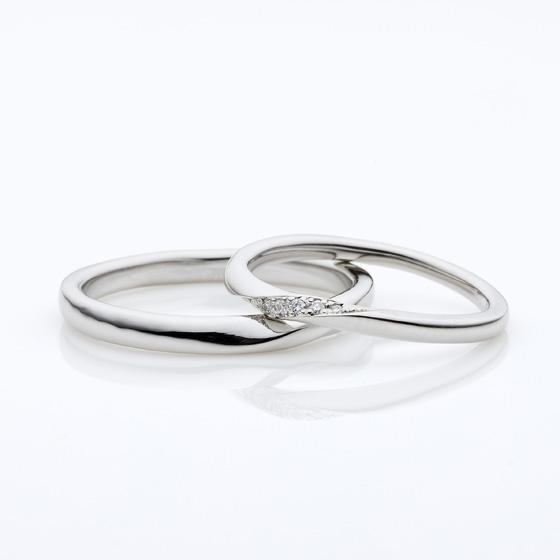 ひねりがデザインされたストレートタイプ。レディースには斜めにメレダイヤモンがキラキラ控えめに輝いています。