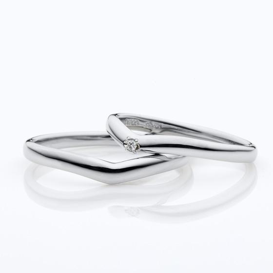 お指をきれいに見せてくれるシンプルなVライン。ダイヤモンドの数もアレンジ出来ます。
