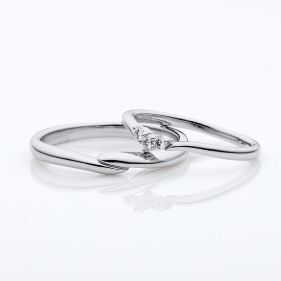 お指をきれいに見せてくれるVラインの結婚指輪(マリッジリング)ダイヤモンドが埋め込まれているのではなく一粒一粒台座があるので可愛いく見えます