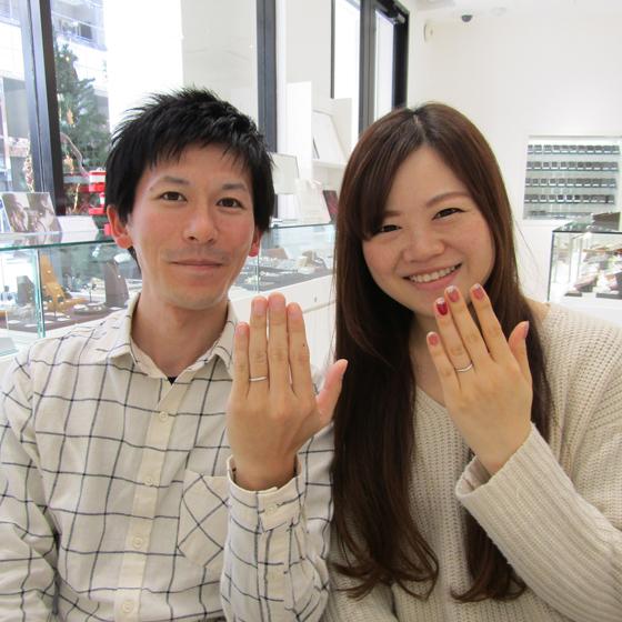 >おふたりともお指が細く、指輪もちょっと細めのデザインに…