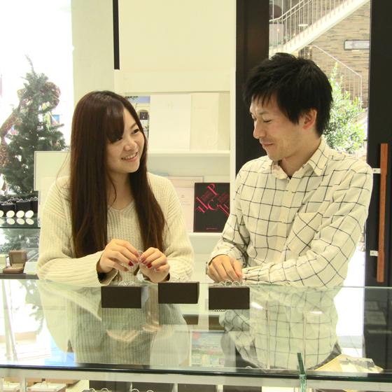 >店内にある数百種類の結婚指輪からぴったりのデザインに出合えました。