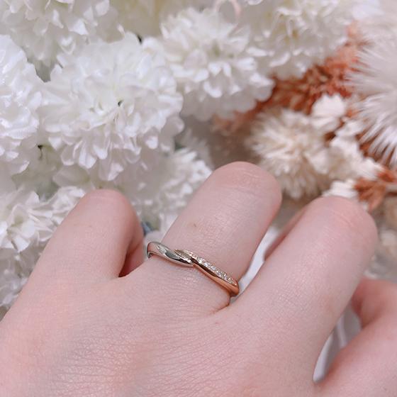 右側ピンクゴールドにダイヤモンド、左側プラチナの2色のコンビネーション結婚指輪です。肌がきれいに見える色合いが人気のデザインですね。