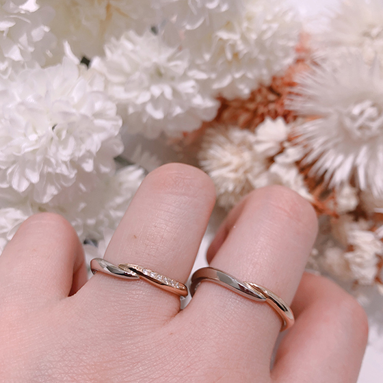 2種類の素材を使用することでお洒落な印象を与える結婚指輪です。