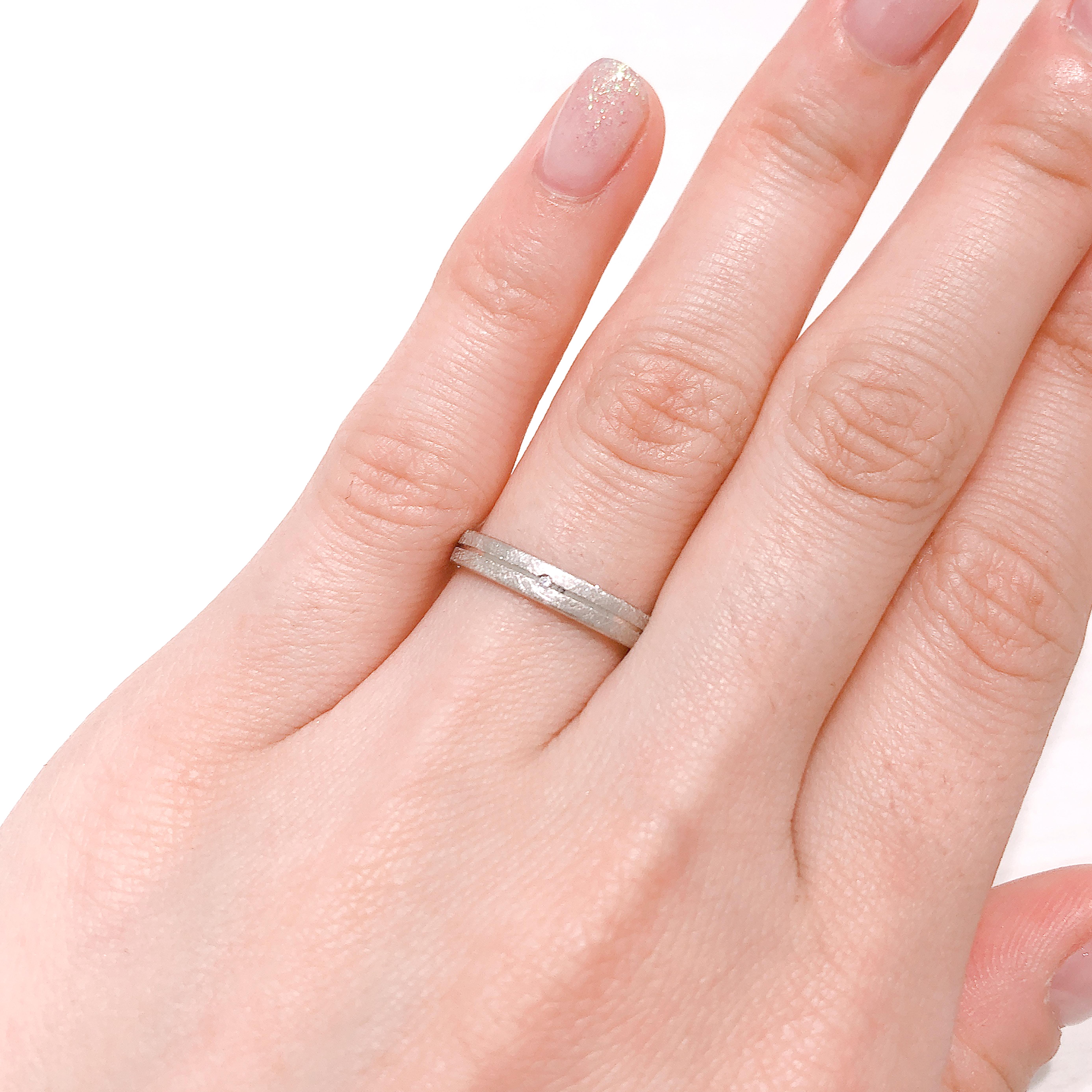 平打ちタイプのおしゃれなデザインの結婚指輪。和紙のような質感のつや消し加工の光沢が洗練された雰囲気に。着け心地が良く、飽きのこないシンプルなデザインが人気です。