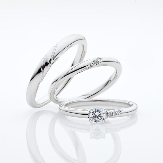 婚約指輪(エンゲージリング)とレディースの結婚指輪(マリッジリング)は華奢なストレートタイプ。メンズは少し幅広に仕上げてあります