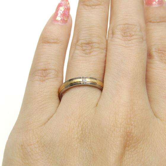 つや消し加工の中でも光沢のある特殊な技法が施されたおしゃれな結婚指輪。2色のコンビネーションリングのデザイン性、鍛造製法による丈夫さを兼ね備えた結婚指輪です!