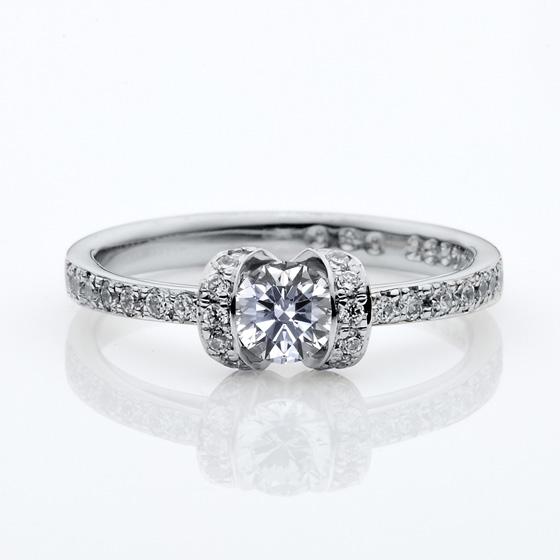 センターダイヤモンドを取り囲むようにふんだんにメレダイヤモンドしようした婚約指輪(エンゲージリング)