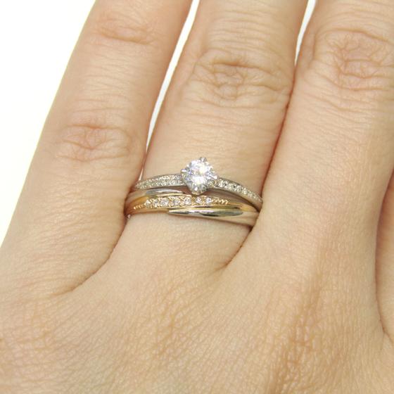 ストレートタイプ、ピンクゴールド部分にダイヤモンドが留められた華やかなデザイン。婚約指輪との重ね付けもおススメです。