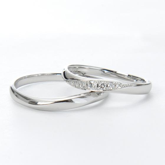 指に沿うようなウェーブラインの結婚指輪(マリッジリング)存在感のあるメレダイヤモンが7石入ってゴージャス。
