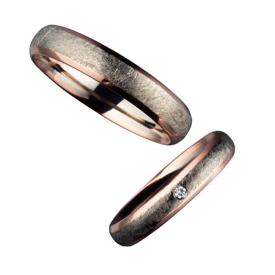 中央をつや消し加工にした2色タイプの結婚指輪です。