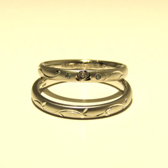 >バラの彫模様に、アイスブルーダイヤモンドが寄り添うクールな結婚指輪です。
