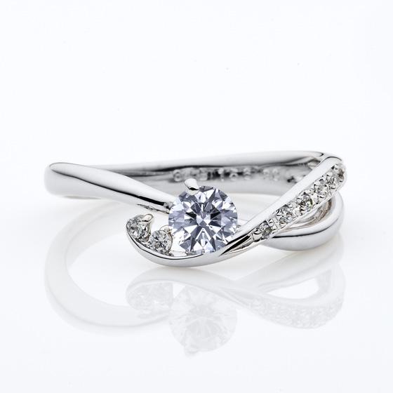 存在感のあるアームが特徴的な婚約指輪(エンゲージリング)動きがあるので手元を華やかにしてくれます。