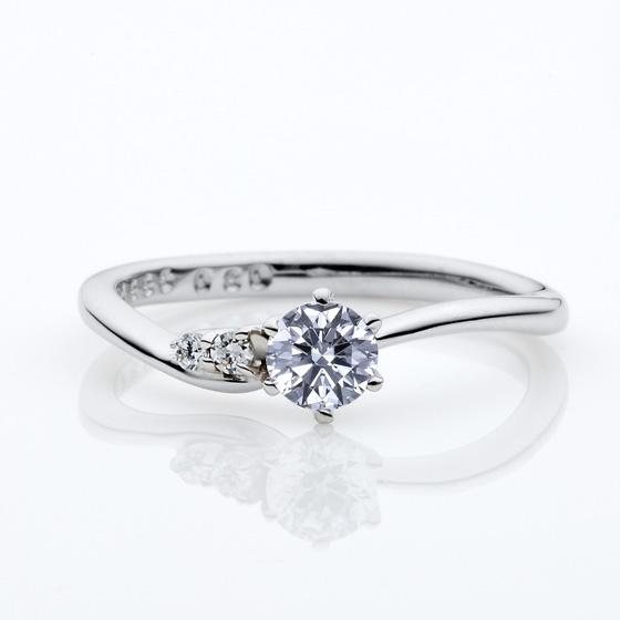 アシメントリー(左右非対称)なウェーブラインの婚約指輪。動きのある人気なデザインです。