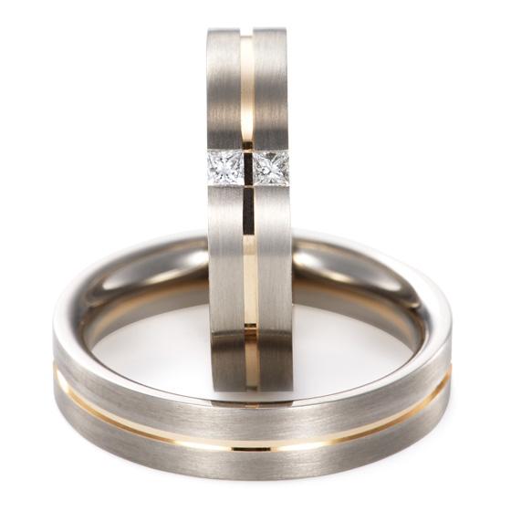 上下にセパレートしたシンプルなマリッジリング。lady'sは四角いダイヤモンドを使用。