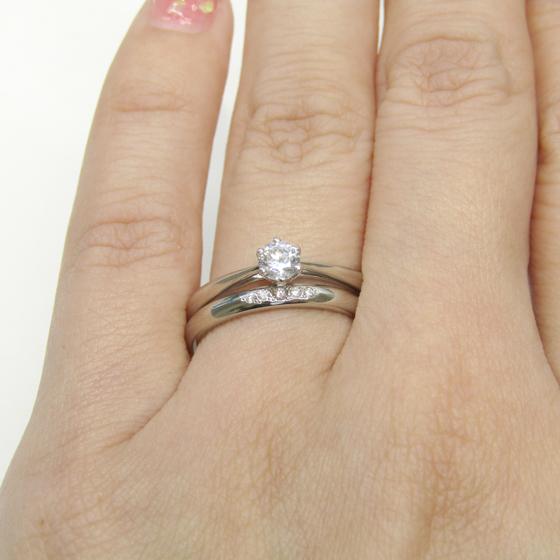 ストレートタイプで丸みのある結婚指輪とセットで重ね付けもおススメ。