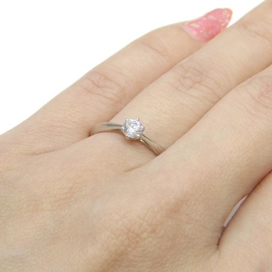 シンプルな一粒タイプの結婚指輪。6本爪、ラウンドブリリアントカットダイヤモンド、王道のデザインです。