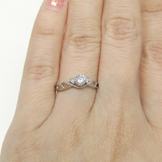 ダイヤモンドが、ミル打ちを施されたハートで囲まれたアンティーク調の婚約指輪です。花嫁のティアラの様。あなたもプリンセスに♡