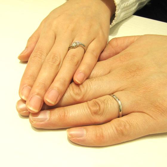 >婚約指輪はピンクダイヤが寄り添うとてもキュートなデザイン。着け心地と、内側の刻印の入り方を考えた「細部にまでこだわった」リングですね!