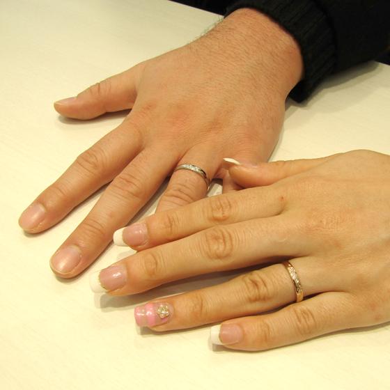 >男性用・女性用共にバラの彫模様が美しく、女性用の指輪にはダイヤモンドが輝きます。