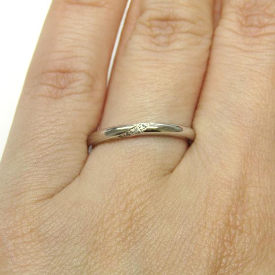 指輪の中心に控えめに留められたダイヤモンドのラインが上品な結婚指輪
