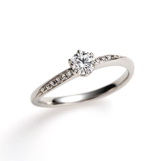 センターダイヤモンドのサイドメレの流れの美しい婚約指輪です。