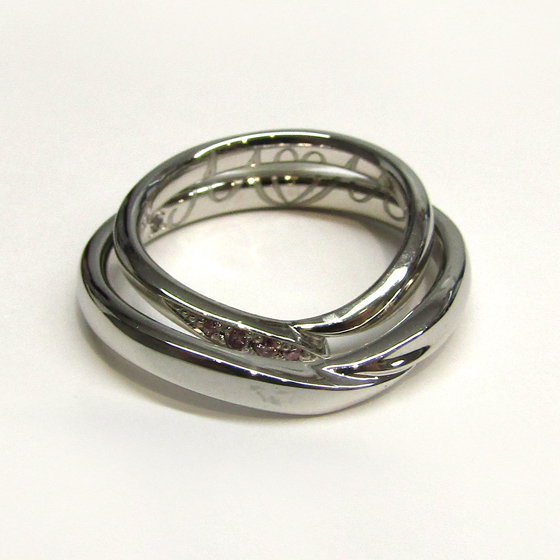 >結婚指輪を重ね合わせると、お2人のイニシャルとシークレットストーン(誕生石)が浮かび上がります!