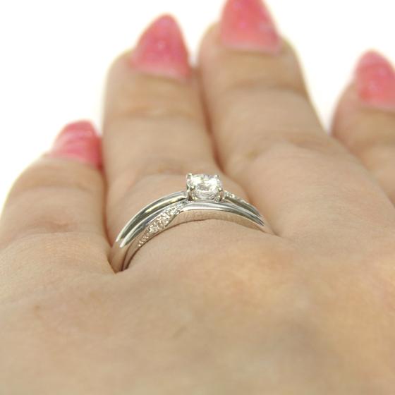 婚約指輪・結婚指輪ともに、側面にもダイヤモンドが留められており、疲れた時も指輪を見れば癒してくれそう✨