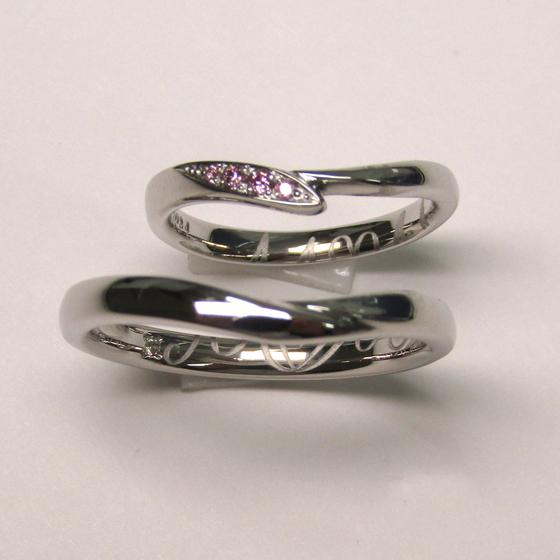 >緩やかなウェーブラインが指をより一層きれいに見せてくれる結婚指輪。プラチナの輝きが美しい、お揃いのデザインです。