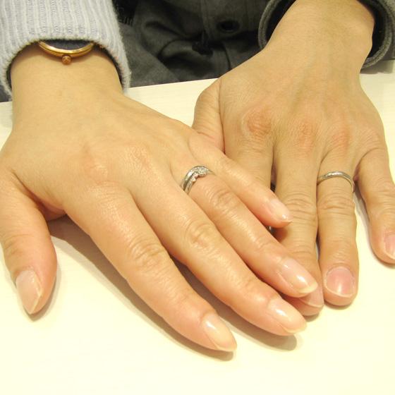 >婚約指輪にはピンクサファイヤ&ホワイトダイヤモンドが並び、洗練された雰囲気です!