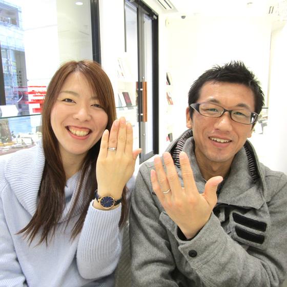 >美男美女のカップル様♡柔らかなウエーブラインの指輪(セットリング)が指に美しく馴染んでいます✨