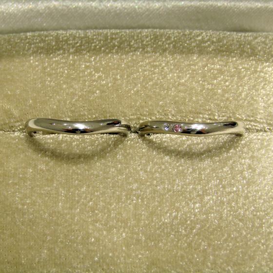 >女性用結婚指輪にはピンクダイヤモンド&ホワイトダイヤモンドが留められ、男性用結婚指輪とペアの形状に。