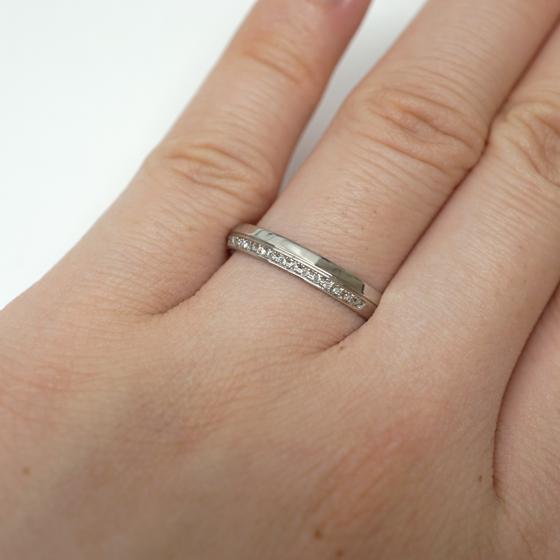 立体的なデザインが洗練された大人の雰囲気の結婚指輪です。重厚感・輝き・高品質をお求めの方におススメです。