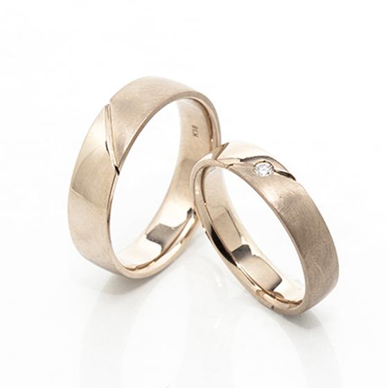 幅広、フラットタイプの結婚指輪です。幅やその他デザインのアレンジも応相談。