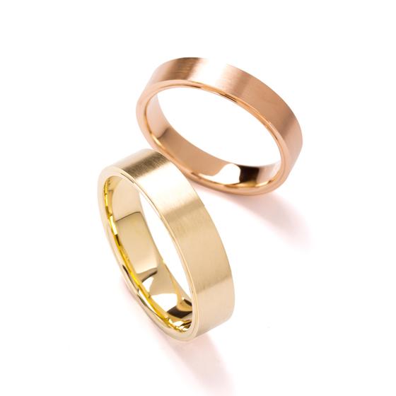 フラットなボリューム感のある結婚指輪です。