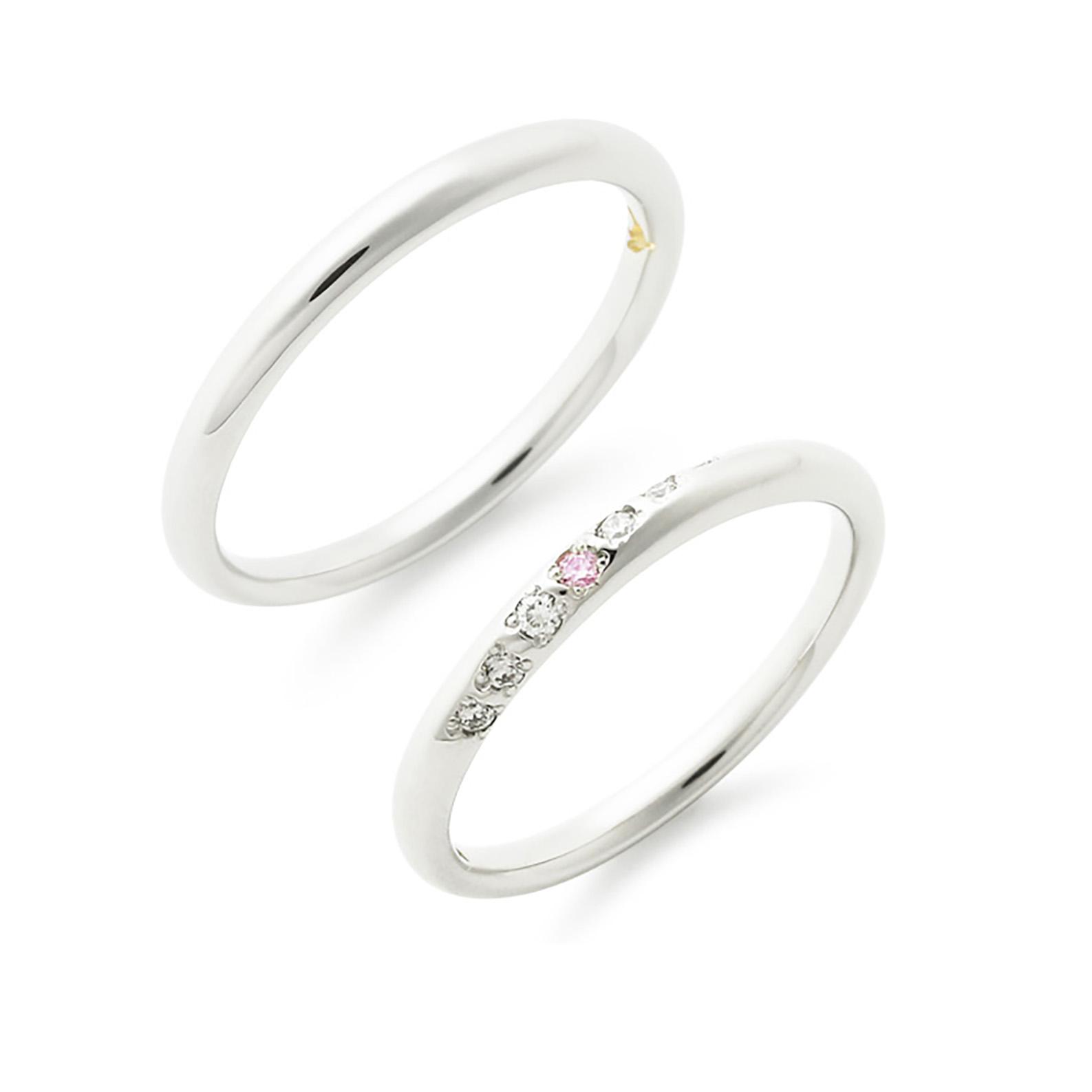 シンプルな細身のストレートリングに斜めにキラキラとメレダイヤモンドが入った人気結婚指輪(マリッジリング)センターには天然ピンクダイヤモンドを使用しています