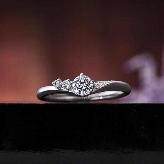 ボリュームがしっかりとした緩やかなV字ラインの婚約指輪(エンゲージリング)です。