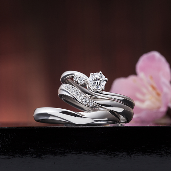 メレダイヤモンドが中心のダイヤモンドをより輝かせてくれる贅沢なデザインのセットリング。