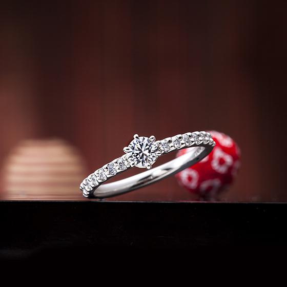 細身のエタニティタイプ。どの角度から見てもダイヤモンドが輝くデザインです。