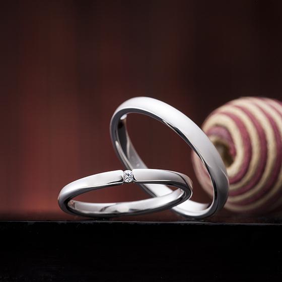 シンプルなストレートタイプの王道結婚指輪(マリッジリング)レディースには一粒メレダイヤモンドがテンションセッティング(爪無し)がオシャレ