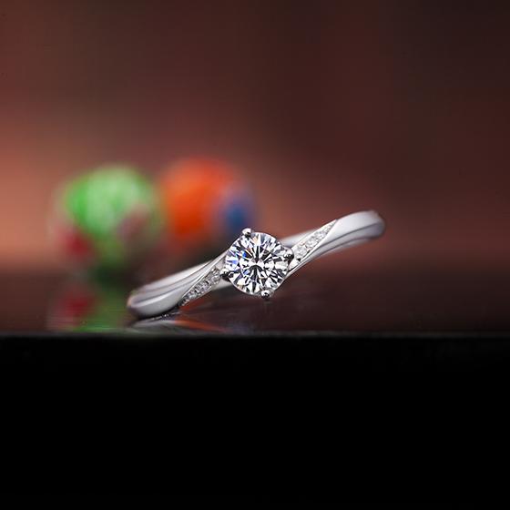 ダイヤモンドを包み込んだデザインの婚約指輪(エンゲージリング)です。