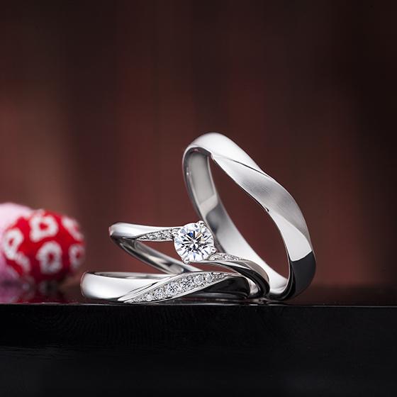 婚約指輪(エンゲージリング)、結婚指輪(マリッジリング)ともに斜めにメレダイヤモンが入っていて流れがキレイです