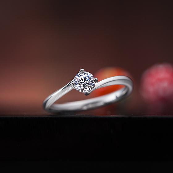 中心のダイヤモンドがより輝く細身リングの婚約指輪です。4本爪なので凛とした雰囲気