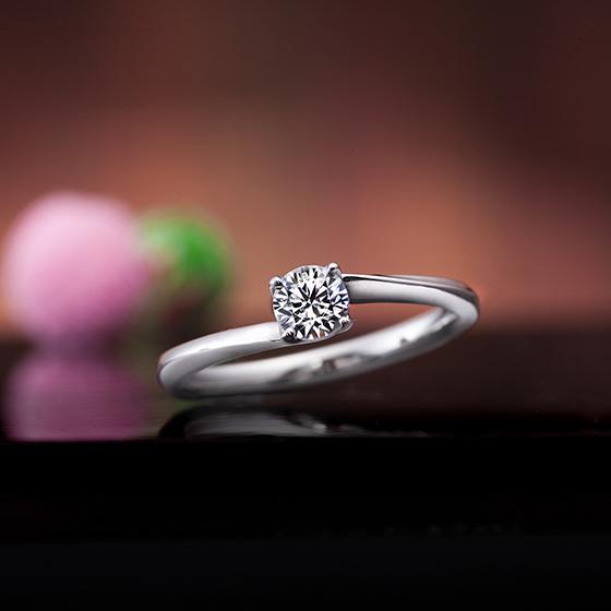 細身デザインの大粒ダイヤモンドが輝く婚約指輪です。