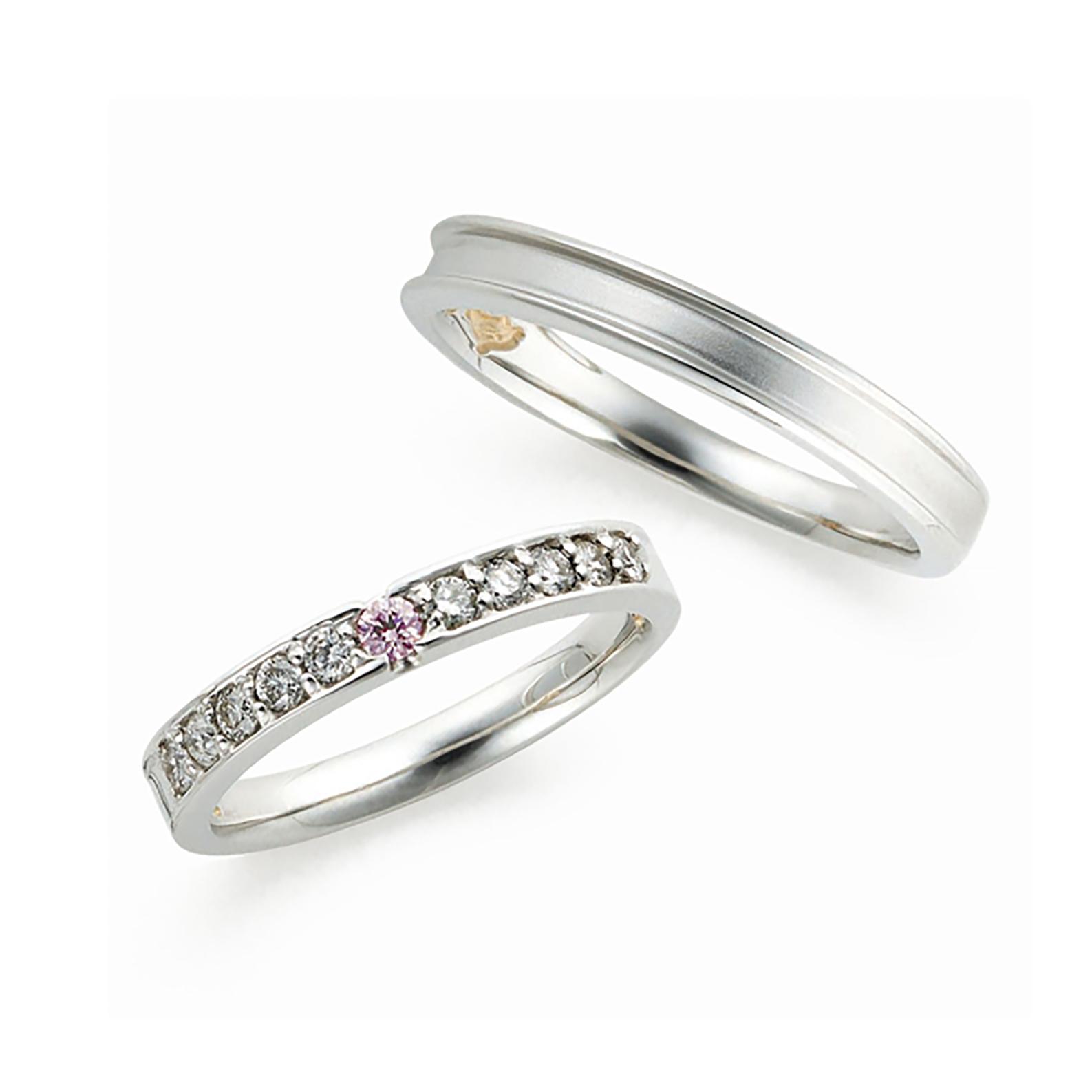 レディースにはやや大きめの天然ピンクダイヤモンド、ホワイトダイヤモンドが散りばめられたゴージャスな結婚指輪(マリッジリング)メンズも段差になっていてカッコいいデザインです。