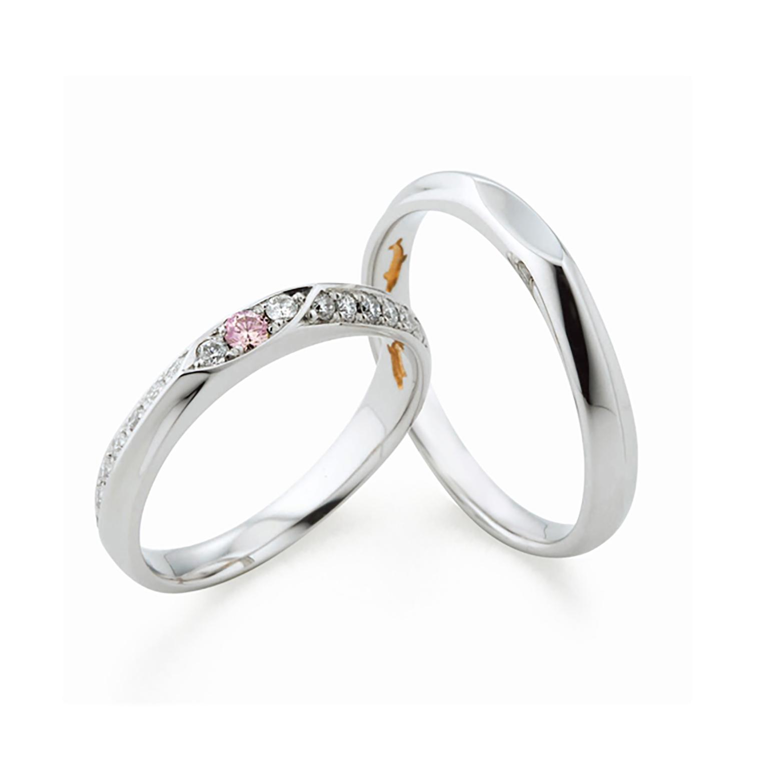 レディースには天然ピンクダイヤモンドとホワイトダイヤがハーフエタニティの様に入ったゴージャスな結婚指輪(マリッジリング)アームがナイフエッジ(山)になっていてスッキリとした印象