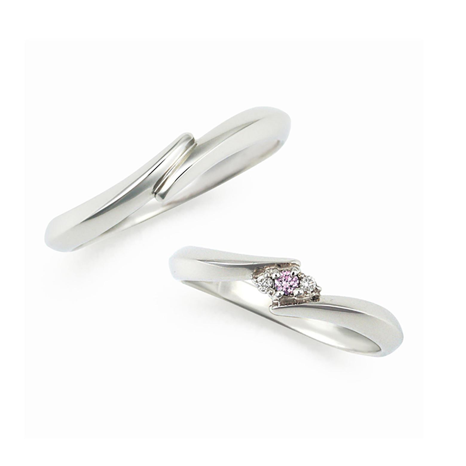 アームがお二人の手と手をつないだようにデザインされた結婚指輪(マリッジリング)レディースには天然ピンクダイヤモンドを含め3石が際立つように留められています。